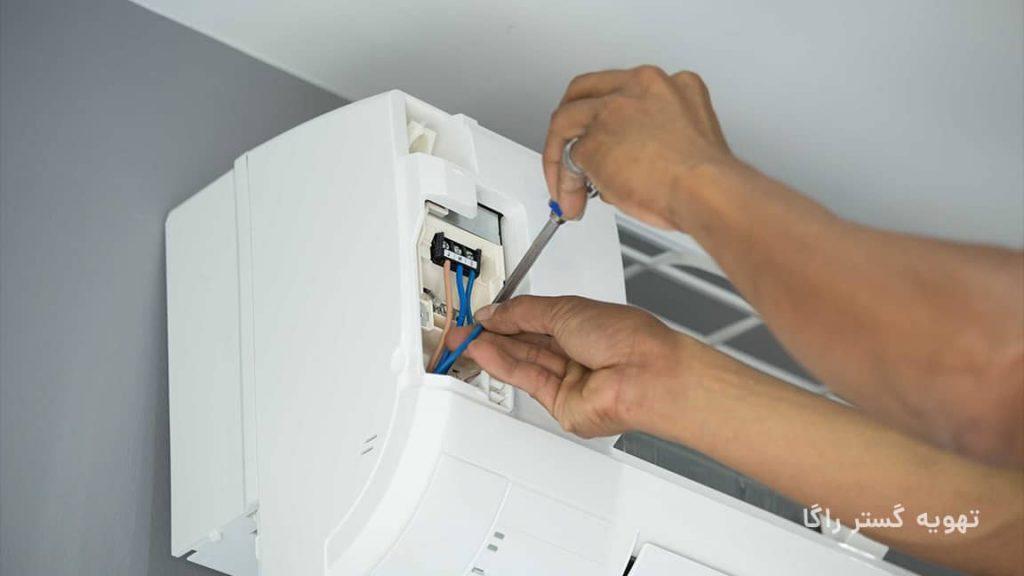 بررسی اتصالات الکتریکی یکی از مراحل نصب کولر گازی